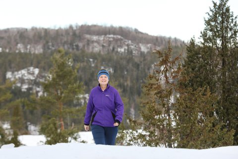 – Det er et fantastisk sted å finne stillhet. Der oppe på toppen er jeg helt i min egen verden, sier Anne Njevre Fjærbu (48) om fjelltoppen i bakgrunnen.
