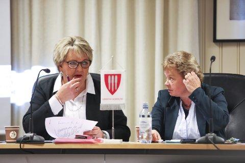 Bekymret: Ordfører Inger Løite, her med rådmann Toril Neset, mener det er dramatisk med reduksjonen i eiendomsskatten. Hun ønsker seg en kompensasjon. Foto: Stig Sandmo