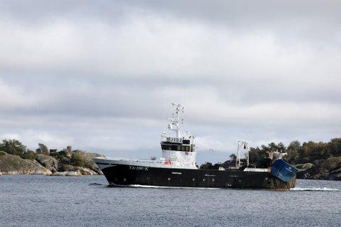 En tråler på vei inn til Risør etter fiske i Skagerrak. Nå foreslår Fiskeridirektoratet at flere gytefelt for torsk på Skagerrakkysten blir beskyttet.