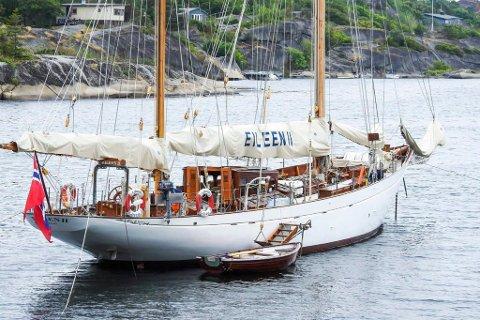 Har du et hjerte som banker for klassiske seilbåter og kystkultur, og noen millioner i banken, kan du nå sikre deg en klassisk perle fra Trebåtfestivalen – på billigsalg.