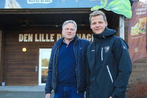 HAR INNGÅTT AVTALE: Både næringssjef i Gjerstad kommune Ole Andreas Sandberg og daglig leder i Den Lille Dyrehage Terje Jensen er fornøyde med kjøpskontrakten som nylig ble signert mellom dem.