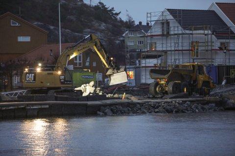 Gravearbeidet er i gang på den falleferdige moloen ved innseilinga til Risør havn. Nye steinmasser skal fylles på før de gamle steinblokkene settes på plass igjen.