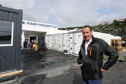 Etter brannen har fiskehandler Jim Berg og hans mannskap drevet mottak og butikk i brakker og containere. Nå vil han rive og bygge nytt. – Det er for stor risiko å restaurere bygget, sier han.