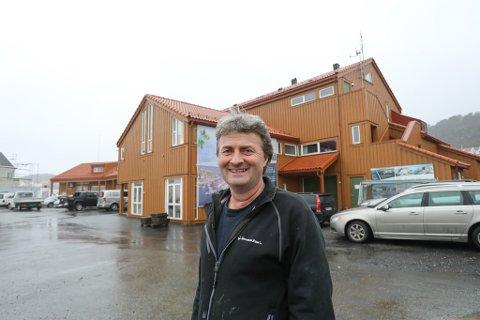 Når bygget som huser butikken til Sjøsenteret på Holmen snart skal rives, må daglig leder Kai Andersen og resten av gjengen ut på flyttefot. – Det blir heldigvis ikke langt å bære, smiler han.
