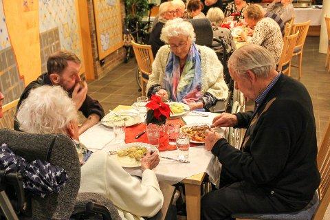 TIDENES JULEBORD: Gerd Kvernvik, her flankert av Frank Ivan Iversen (t.v.) og Erik Andersen, fikk julemat av Kast Loss og Promenaden torsdag ettermiddag.