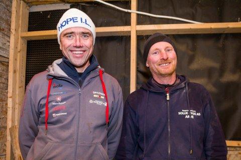 Arvid Sollie (til venstre) og Arve Terjesen fra Sollie Bygg har begge i snart 30 år jobbet innen tømrerfaget. Nå kan de vinne Norges gjeveste pris for bygningsvern. Her er de fotografert i verneprosjektet Havnegata 8 i Risør sentrum.