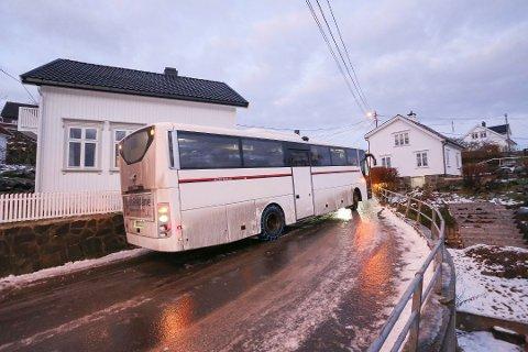 I morgen tidlig varsles det om underkjølt regn. Det kan gi store utfordringer i treafikken, slik bildet viser. Bildet er fra 2017, da en buss slet med å komme frem i Buvika.