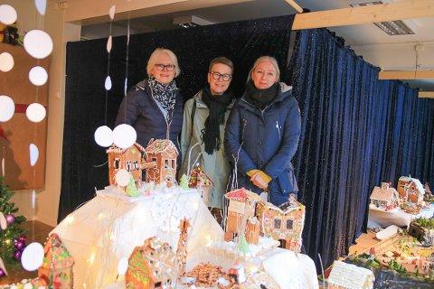 HAR KÅRET VINNERNE: Unni Olimb Norman i Risør by har sammen med grafiker Nina Akersveen (midten) kåret vinnerne av pepperkakebyen i Strandgata. Det er Mona Rhein som er kvinnen bak den sjarmerende utstillingen.