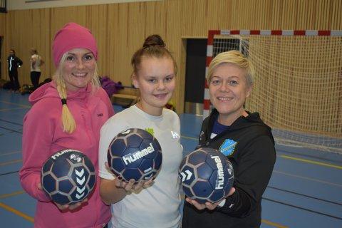 TRIO: Trener Barbro Libekk (f.v), lagets yngste spiller og fersk håndballspiller Andrea S. Blesvik og trener Hilde F. Gundersen gleder seg over endelig å kunne spille håndball i egen hall.