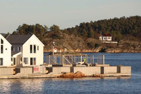 Det siste huset i første byggetrinn, en tomannsbolig, reiser seg nå på Holmen. 20 av 21 leiligheter er solgt.