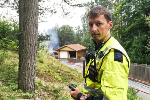 Brannsjef Dag Svindseth, i Østre Agder brannvesen sier til Aust-Agder Blad at rådmannens forslag til kutt i bemanninga ved brannstasjonen i Risør, kan gjennomføres innenfor rammene av beredskapskravet. Her er han fotografert ved en tidligere brannutrykning i Risør.