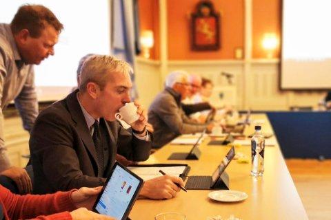 Christian Axelsen, tar seg en kaffetår på Høyrerekka i bystyret. I 2001 var han for første gang med på å avgjøre brannvakta sin skjebne. Torsdag vil han igjen kjempe for at brannvakta skal forbli som den er i dag.