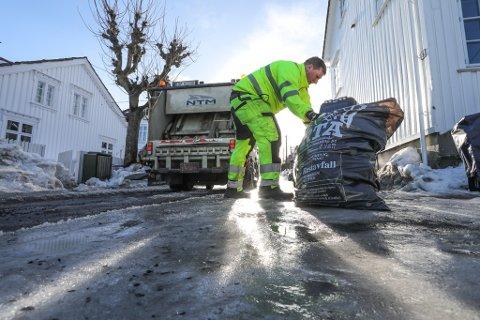 Nå skal søpla i sentrum, særlig ved Torvet, tømmes oftere. Her henter RTA søppel i Tangengata ved en annen anledning.