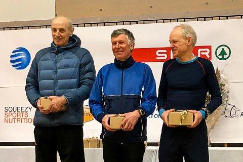 KLASSESEIER: Finn Pettersen (midten) tok seieren i 70-74-årsklassen i Helterennet.