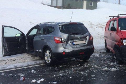 På Fone i Gjerstad førte speilglatte veier til at to biler kolliderte.