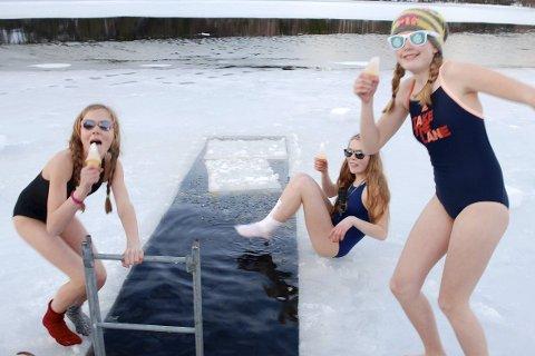 Ispinner: Badesesongen er offisielt i gang for Sigrid, Ingeborg og Line og de andre i speidergruppa på Akland, som hoppet ut i et iskaldt Lindlandsvann ved Skuggestøl sist uke. Foto: Odd Arne Børset