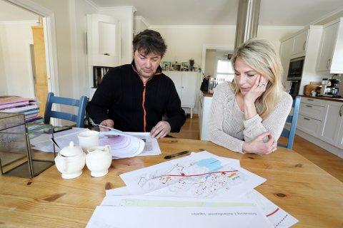 Ekteparet Kjetil Johannessen og Annemarie Heemskerk eier Bosvik gård. Veiprosjekteringen får store konsekvenser. Deres advokat fremmer nå et erstatningskrav, men kravet blir blankt avvist av fylkeskommunens advokat.