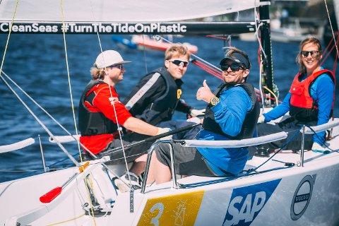 TOMMEL OPP: Morten Røisland gir tommel opp. Bak fra venstre:  Kim Robin Wintermark, Eirik Olav Wroldsen og Benedicte Jensen.