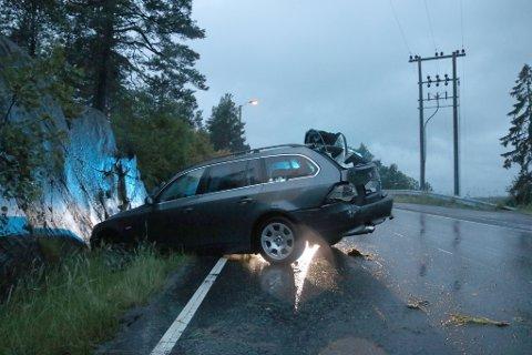 Bilen fikk vannplaning og fører mistet kontroll over kjøretøyet, som havnet i fjellveggen i går kveld.