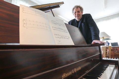Alfred Gammelsæter er i en og samme figur klassisk komponist, pianist og pianostemmer. Den eneste i landet med den kombinasjonen, ifølge ham selv.