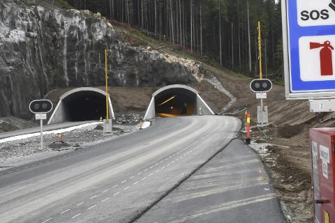 Fløyheia: Tirsdag om en uke kan bilistene utenfor Tvedestrand kjøre gjennom denne tunnellen for første gang. Foto: Arkiv