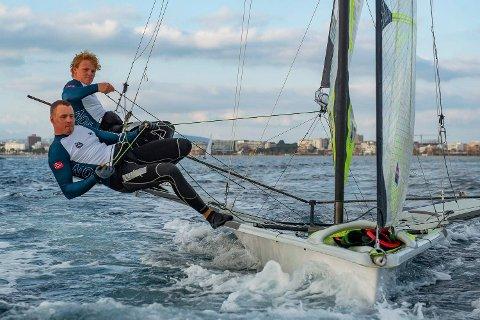 Mads (t.v.) og Tomas Mathisen, bildet er tatt da guttene seilet på Mallorca. Neste uke får vi se dem som en del av seilerne i årets Junior-VM, som arrangeres i Risør.