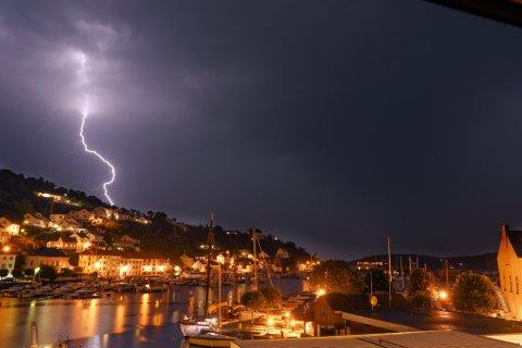Sommeren er høysesong for lyn og torden. Tirsdag kan det igjen bli styrtregn og lyn i Risør og Gjerstad.