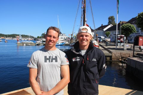 FORTSETTER SATSINGEN: Mads (t.v.) og Tomas Mathisen drømmer fortsatt om å seile Tokyo-OL, selv om det er utsatt ett år på grunn av koronaviruset. Her fra fjorårets junior-VM hjemme i Risør.