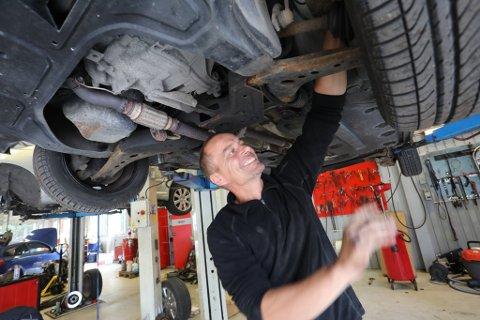 – Jeg har nok av biler å skru på, det har jeg i grunn alltid hatt, smiler Frode Brokeland Hansen mens han sjekker bilens understell.