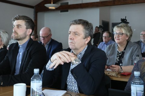 Rådmann Trond Aslaksen og næringssjef Bård Birkedal (t.v) fulgte bekymringsfullt med da Nye Veier la fram sine planer på Brokelandsheia tidligere i år. Gjerstadordfører Inger Løite, i bakgrunnen, var derimot veldig fornøyd.