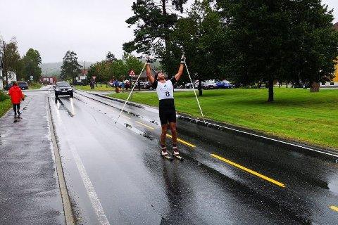 BARE FØLGEBILEN FULGTE: Odd Arne Eliassen kunne strekke armene i været etter å ha kommet først i mål på rulleskirennet under Vegårsheidagene lørdag.