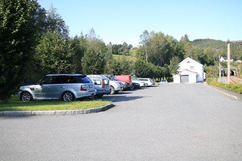 Det er tett mellom bilene på Gjerstad stasjon. Det skal forhåpentligvis bli luftigere i nær fremtid.
