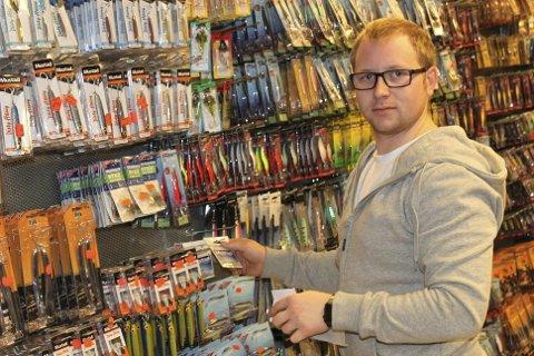 HISTORIE: I desember 2012 åpnet Stian Sandåker dørene til Kong Kurs på Brokelandsheia. Nå er det kroken på døra for butikken som selger (nesten) alt mellom himmel og jord.