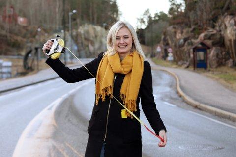 Prosjektleder Camilla Trondsen Solli i Risør kommune er klar med metermålet. Når planarbeidet for ny Risørvei nå startes opp, er det hun som skal passe på at alle bitene i veipuslespillet faller riktig på plass. – Jeg skal nok ikke fysisk rundt for å måle Risørveien. Min jobb er å ha ansvaret for prosjektoppfølging, framdrift og rapportering, smiler hun.