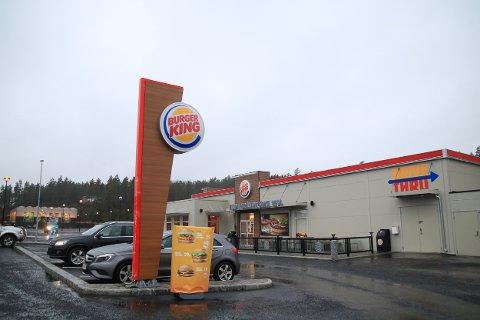 Distriktsjef i Burger King forteller i en e-post at de har forsøkt å komme kommunen i møte, men at det vil bli for kostbart å gjøre  ytterligere tiltak.