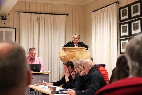 VIL DU STÅ HER?: Har du noe på hjertet som du gjerne vil si til politikerne i Gjerstad? Da kan du ta plassen til ordfører Inger Løite bak talerstolen i Almuestaua.