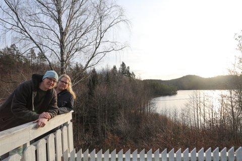 Fra verandaen på Moen har Susanne og Daniel Danielsen Johansen utsikt over Auslandstjenna. Når den nye Risørveien kommer blir idyllen byttet ut med enten bro eller steinfylling.