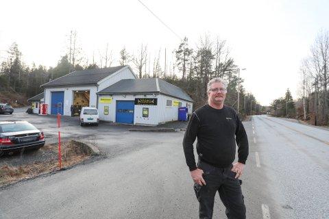 Vidar Moland foran verkstedet sitt som ligger tett på Risørveien på Moen. Den nye veien vil bli bygget på andre siden av verkstedet og Moland er spent på hvor det nye veikrysset på Moen vil komme..
