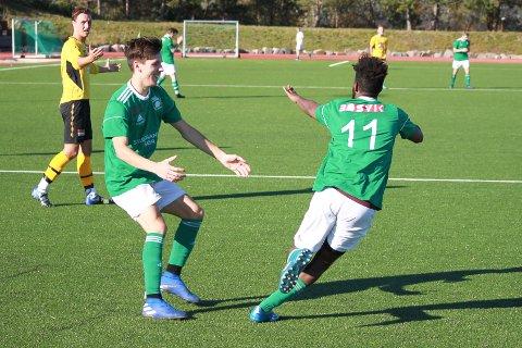 TREMÅLSSCORER: Alex Ibsen (t.v.), her med Sharmarke Isse Ahmed, scoret tre mål i treningskampen mot Kragerø. Her fra en kamp mot Rygene i fjor.