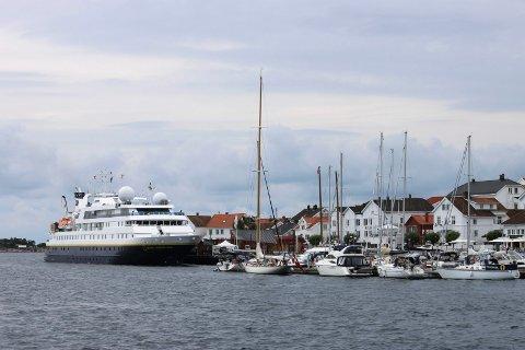 Om Risør kommune i fremtiden skal kunne ta i mot cruiseskip på dampskipsbrygga, må de følge opp sikkerhetsregelverket bedre, sier Kystverket og gir kommunen en rapp over fingrene. Her illustrert ved at National Geographic Orion gjestet Risør for noen år siden.