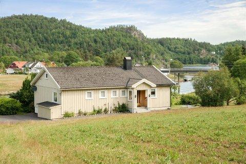 Boligen ligger langs fjorden i Laget, og har fått godkjent søknad om å oppføre egen brygge.