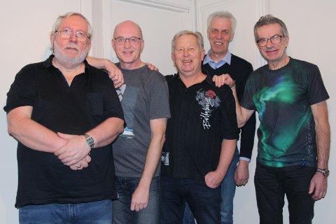 """KLARE FOR RISØR: Dagens """"Tante Helvig's"""" band består av to fra Båssvika, og tre fra Arendal. Fra venstre: Glenn Madsen (Båssvika), Ragnar Skare (Arendal), Inge Ellingsen (Arendal), Svein Tore Olsen (Arendal) og Arne Henry Kristiansen (Båssvika)."""