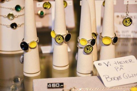 UTSOLGT FØRSTE DAG: Smykkene i Glimt-farger fra Embla ble solgt samme dag som de kom inn i gullsmedforretningen i Bodø. Snart er nye smykker på vei fra Risør.