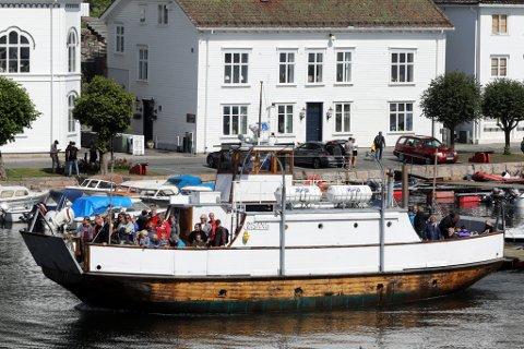 """GRATULERER MED DAGEN: MF """"Øisang"""" har blitt kalt gammel i mange år. Hun har status som Norges eldste treferje i daglig drift. Alderen bærer hun godt, og seiler stolt videre som fjordens klenodium."""