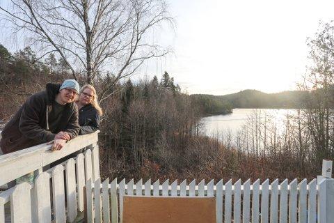 I januar viste Daniel og Susanne AAB utsikten over Auslandstjenn fra verandaen. Blir veien bygget etter planforslaget, vil en 16 meter høy steinfylling bli den nye utsikten.