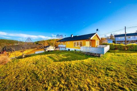 Huset på Kamperhaug ligger ute til 850.000 kroner. Til en billig penge kan denne solrike eiendommen bli din, om du er forberedt på en del oppussing.