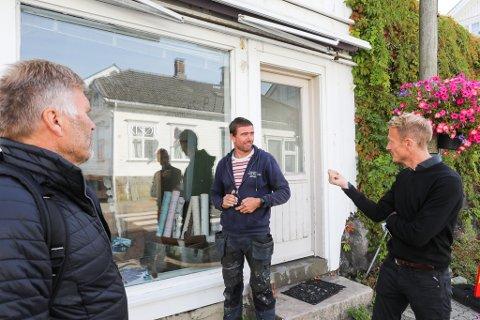 Arvid Sollie (i midten) sier arbeidet med taket på Storgata 8 vil gå i gang så fort som mulig. Her fra en beafring tidligere i år, med prosjektleder for bygningsvernsentre i Agder fylkeskommune, Aadne Sollid og kultursjef Torolf Kroglund.