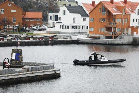 Slottet gir ikke ut opplysninger om kronprinsparets private turer, men ifølge lensmann Odd Holum var PST-båten på oppdrag i Risør på vegne av et uoffisielt privat besøk på hytta i skjæra.