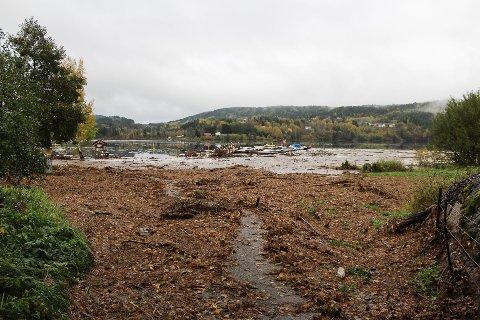 Bildet et tatt i oktober i år da Stea i Gjerstad  ble dekket av vann, og stranda i Sandåkerhølen ble borte. Forskerne spår at dette blir å se mer av i fremtiden.