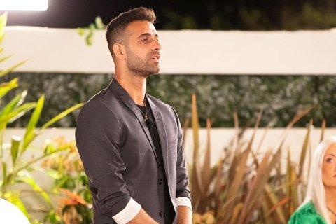 MÅTTE VELGE: Ali Esmael har fått sansen for to jenter på «Love Island», men i søndagens episode måtte han ta et valg.